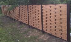 Забор с плетеными пролетам.